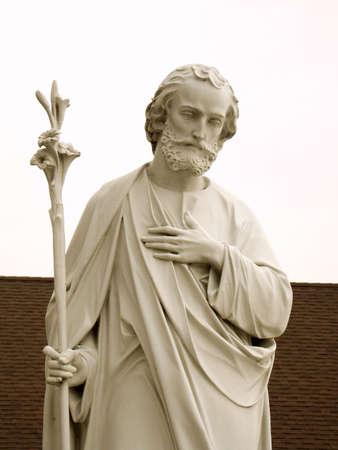 Eine Nahaufnahme von einer Statue des Heiligen Joseph.