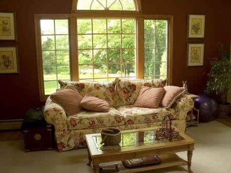 Ein hell eingerichteten Wohnzimmer.