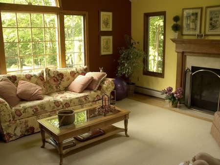 Ein bunt dekoriert Wohnzimmer.  Standard-Bild