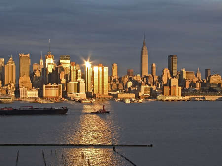 Der Sonnenuntergang spiegelt sich vor der New York City Skyline.