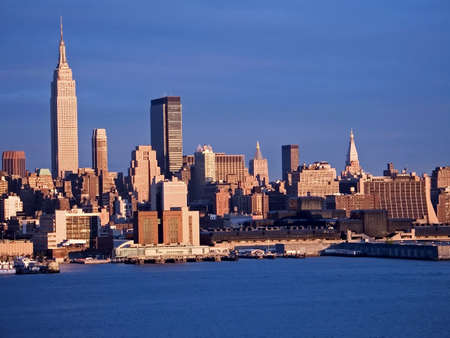 Blauen Himmel über der Skyline von New York City.