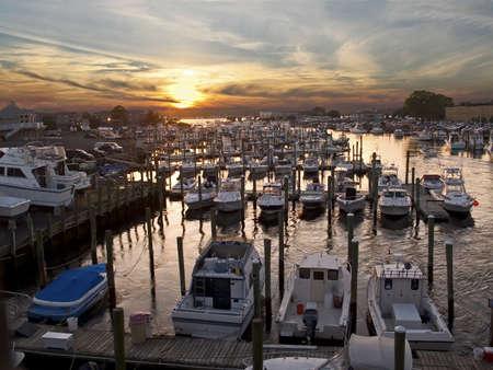 Eine Marina bei Sonnenuntergang entlang der Küste Jersey.