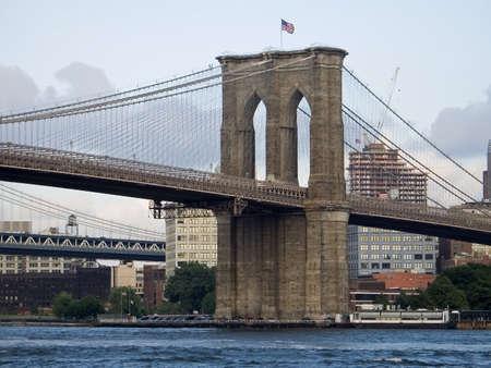 Ein schöner Blick auf die Brooklyn Bridge und den East River in Lower Manhattan.  Standard-Bild