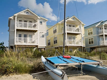 Eine Reihe von schönen und bunten neue haus Jersey entlang der Ufer.  Standard-Bild