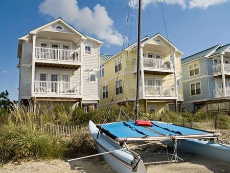 case colorate: Una fila di belle e colorate nuovo studio Jersey lungo la riva.