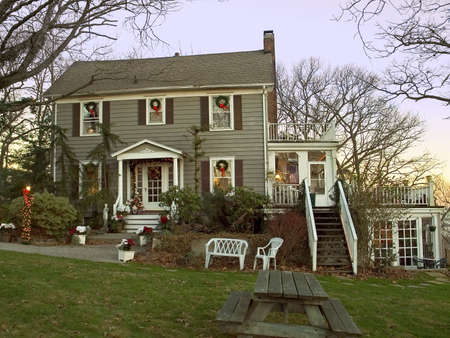 nicely: An early morning view of a colonial homed decorated nicely for the holidays. Stock Photo