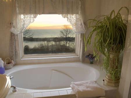 Ein überdimensional Whirlpools mit einem Sonnenaufgang Blick auf den Ozean.  Standard-Bild
