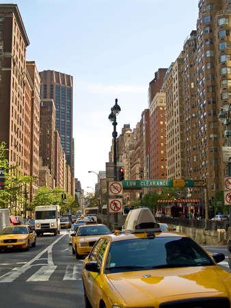 New York City Straßen sind voll mit dem Taxi Taxis die ganze Zeit.  Standard-Bild