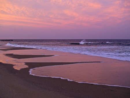 아름 다운 일몰 저지 쇼 어 함께 서핑에 반영합니다. 스톡 콘텐츠