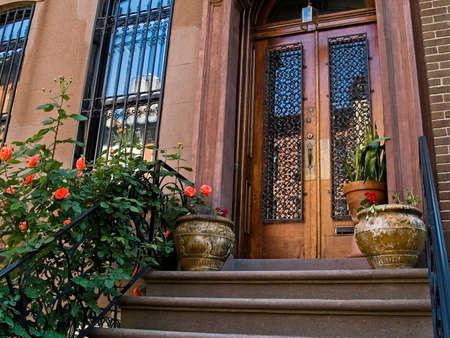 오래 된 뉴욕시 사암 집 앞 현관.