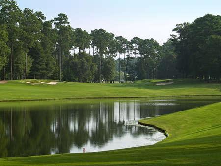 사우스 캐롤라이나에 머틀 비치 골프 코스에 아름 다운 연못. 스톡 콘텐츠