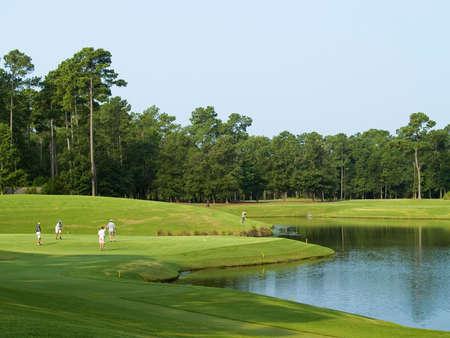 사우스 캐롤라이나에있는이 아름다운 머틀 비치 골프 코스에서 좋은 하루를 보내고있는 골퍼. 스톡 콘텐츠