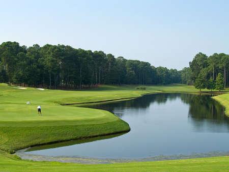 carolina del sur: Un solitario en este hermoso golfista Myrtle Beach, Carolina del Sur, campo de golf.