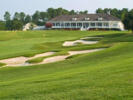 TPC 머틀 비치 골프 코스 클럽 하우스 향해 모래 함정을 통해보기