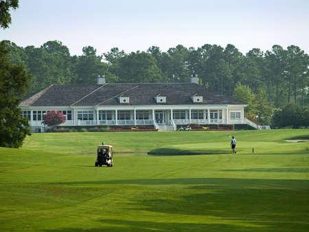 이 머틀 비치 (사우스 캐롤라이나) 골프 코스에서 바쁜 아침 후에 클럽 하우스로 향합니다.