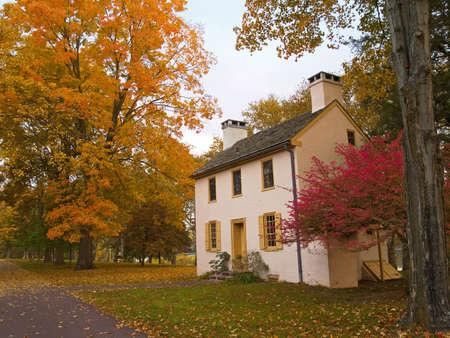 colonial building: Un edificio colonial en un establecimiento de oto�o en Washington Cruce en el Parque Estatal de Pennsylvania. Foto de archivo