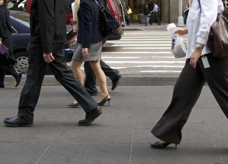 비즈니스 사람들은 맨하탄의 거리를 이동합니다.