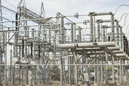 Een weergave van elektrische centrale apparatuur en kabels.  Stockfoto