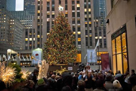 맨하탄 -12 월 3 일에 (서) : 관광객과 뉴욕의 군중 뉴욕시에서 2010 년 12 월 3 일 록펠러 센터 크리스마스 트리를 방문하십시오.