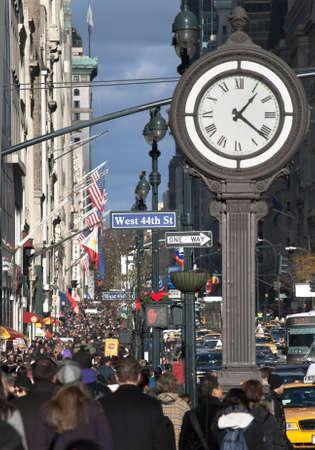 맨하탄 -12 월 4 일 : 휴일 쇼핑객 및 관광객 군중 5 Ave 뉴욕시에서 2010 년 12 월 4 일에. 에디토리얼