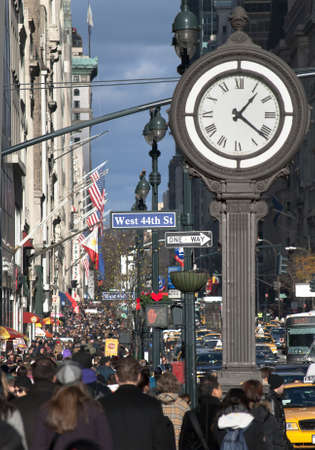 MANHATTAN - Dezember 4: Holiday Shopper und Touristen crowd Fifth Ave am 4 Dezember 2010 in New York City.