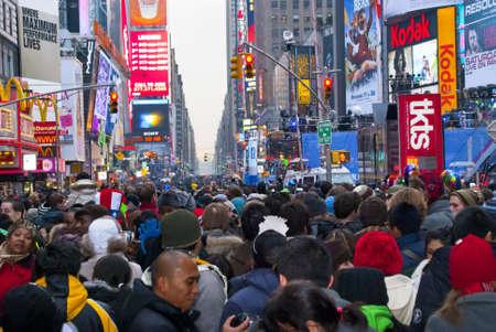 タイムズ ・ スクエア マンハッタンの 2010 年 12 月 31 日の大晦日のタイムズ ・ スクエア、ニューヨーク市のタイムズ スクエア - 12 月 31 日: 巨大な群 報道画像