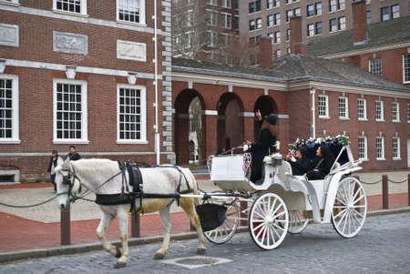 """필라델피아 -3 월 11에 (서) : 흰 말과 2011 년 3 월 11 일에 """"오래 된 도시"""", 필라델피아의 마차 투어."""