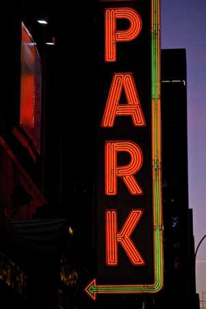 Een neon parkeren teken bij nacht in Manhattan