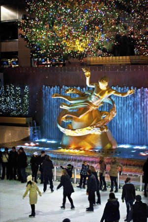 록펠러 센터, 뉴욕, 2011년 12월 2일 : 아이스 스케이팅과 관광객이 휴가 기간 동안 유명한 록펠러 센터 크리스마스 트리 주위에 모두 있습니다. 에디토리얼