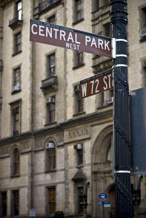 뉴욕시의 센트럴 파크 서쪽에있는 다코타 건물 근처 거리 서명입니다.