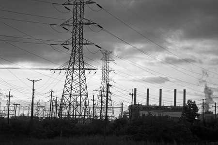 turnpike: Torres de alta tensi�n y l�neas el�ctricas a lo largo de la zona industrial de la NJ Turnpike. Foto de archivo