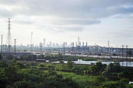 turnpike: A la vista de los humedales a lo largo del New Jersey Turnpike a la Pulaski Skyway y la ciudad de Nueva York Skyline en el fondo