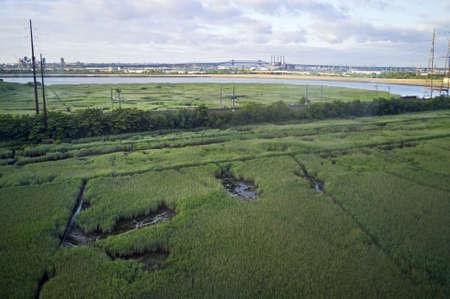 turnpike: A la vista de los nuevos humedales de Nueva Jersey con el Pulaski Skyway en el fondo, cerca de la autopista de peaje de Nueva Jersey