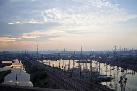 schlagbaum: Am frühen Morgen Blick auf das Industriegebiet von New Jersey in der Nähe des New Jersey Turnpike. Lizenzfreie Bilder