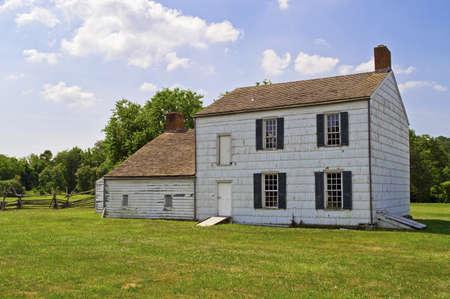 casa colonial: Inicio Histórico Una casa histórica colonial en el Parque Monmouth Battlefield State en Nueva Jersey Editorial