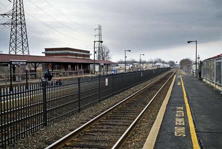 ニュージャージー州のバインド小川鉄道駅の鉄道トラック分析観点ビュー。 報道画像