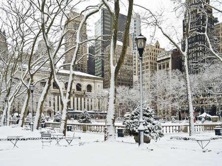 이른 아침 눈 후 맨하탄에서 브라 이언 트 공원에서 겨울 장면.