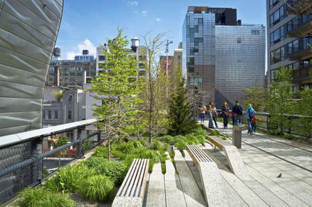 A view on the High Line a sunny Spring day in New York City. 報道画像