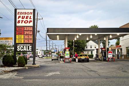 gas station: Una gasolinera en la Ruta 1 en Edison, Nueva Jersey. Editorial