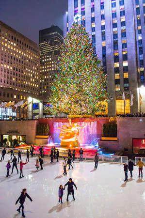 NEW YORK-DEC 5 Ice Skater und Touristen sind auf der ganzen berühmten Rockefeller Center Weihnachtsbaum auf 5. Dezember 2013