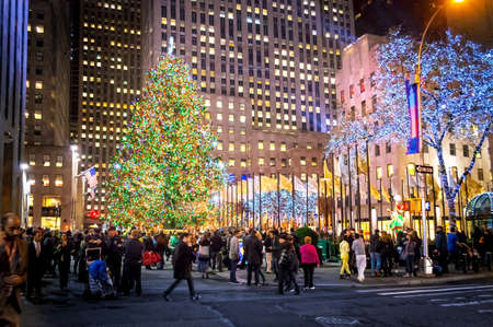 '5 december': NEW YORK-DEC 5: Crowds gather at Rockefeller Center to see the newly lit Christmas tree on December 5, 2013.