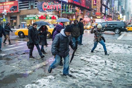 granizados: NUEVA YORK-13 ??de febrero Winter Storm Pax cambios nieve a la lluvia como neoyorquinos intentan evitar el fango en las intersecciones el 13 de febrero de 2014 en Manhattan