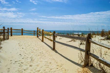 흰 모래는 뉴저지 해안을 따라 롱 비치 섬에 서핑시에서 해변을이 끈다 스톡 콘텐츠