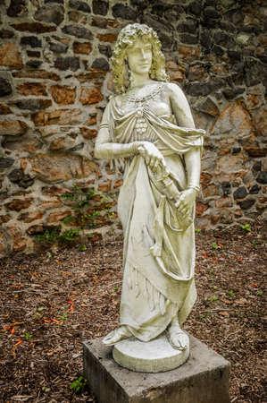 diosa griega: Estatuas de la Antigüedad en el antiguo granero en Duke Farms en Hillsborough NJ