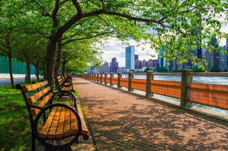 roosevelt: A walking path along the East River with nice views of Manhattan from Roosevelt Island  Stock Photo