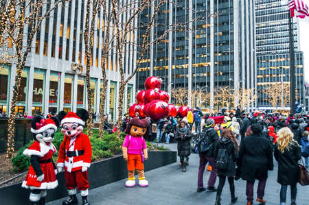 NEW YORK-DECEMBER 30: Characters in costume, tourists and holiday decorations near Rockefeller Center on December 30, 2013 in Manhattan. Imagens - 33736686