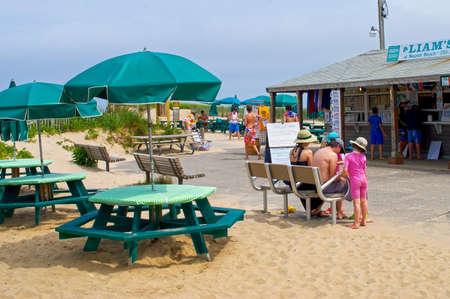 casse-cro�te: ? CAPE COD, Massachusetts  USA 28 Juin: Une famille pr�s du snack bar au Nauset Beach le 28 Juillet, 2011. Nauset Beach est une plage populaire de Cape Cod dans le Massachusetts Orl�ans.