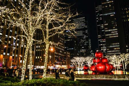 뉴욕 -12 월 4 일 : 맨해튼 년 12 월 4 일 2014 년 휴가 시즌 동안 록펠러 센터 주위에 크리스마스 조명. 에디토리얼