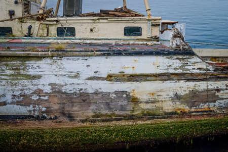barnacles: Una vecchia barca con peeling vernice, alghe e cirripedi.