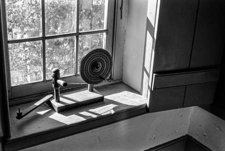 spinning wheel: An antique spinning wheel in an historic home in Washington Crossing Pennsylvania. Stock Photo